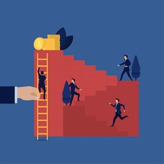 Trabalho do homem de negócios que escala duramente acima da escada quando outro escalar facilmente com escada.