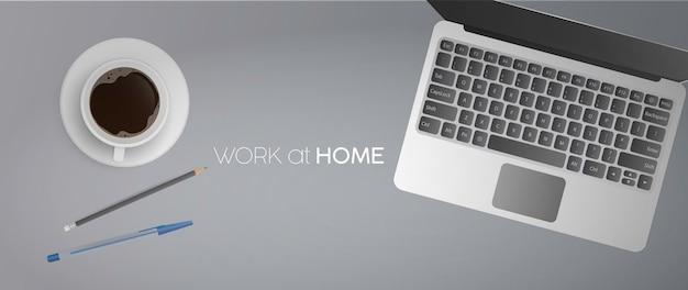 Trabalho em casa banner. postura plana, mesa de escritório com vista superior e laptop. caderno, café, lápis, caneta. realista