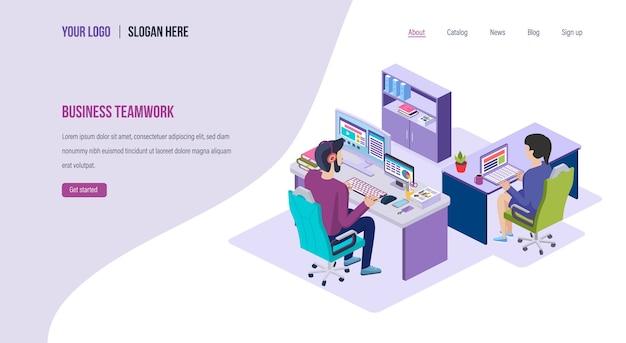Trabalho em equipe em um modelo comum de página de destino de negócios, reuniões e brainstorming