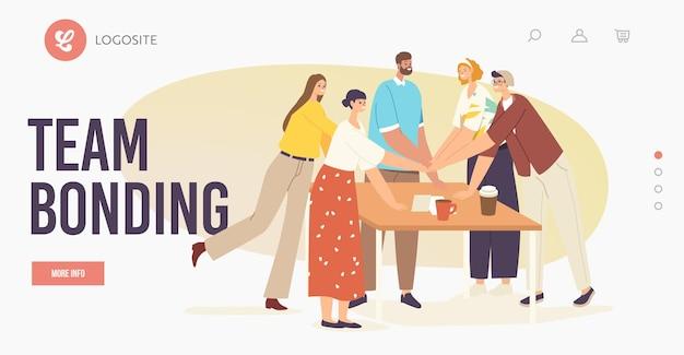 Trabalho em equipe, modelo de página inicial de ligação de equipe. caráter de colegas de escritório conectando as mãos ao redor da mesa. negócio de sucesso ou assinatura de contrato, suporte. ilustração em vetor desenho animado