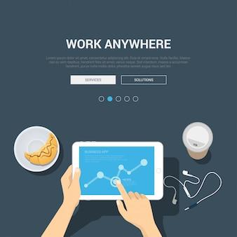 Trabalho freelance em qualquer lugar página inicial modelo maquete conceito moderno design plano mãos toque gráfico na vista superior do tablet local de trabalho.