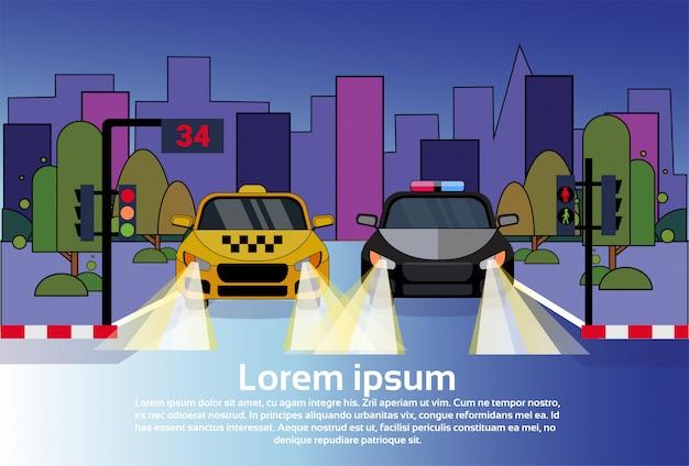 Tráfego rodoviário, com, veículo polícia, e, carro táxi, à noite, sobre, edifícios cidade