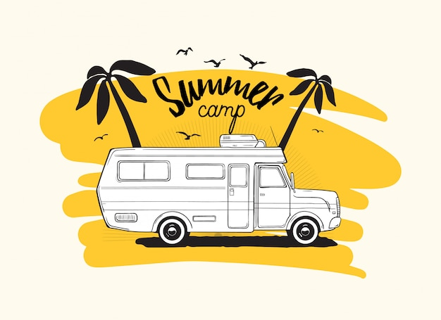 Trailer de campista ou campervan dirigindo contra palmeiras exóticas e inscrição de acampamento de verão.