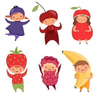 Trajes de frutas. roupas de carnaval para crianças. crianças engraçadas em vestidos extravagantes de frutas em branco