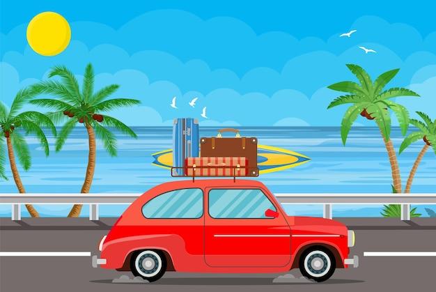 Transporte de veículos com prancha de surf e malas numa praia com palmeiras.