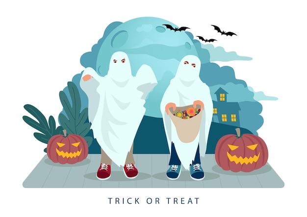 Travessuras ou travessuras infantis na noite de halloween usando fantasia de fantasma com saco de doces