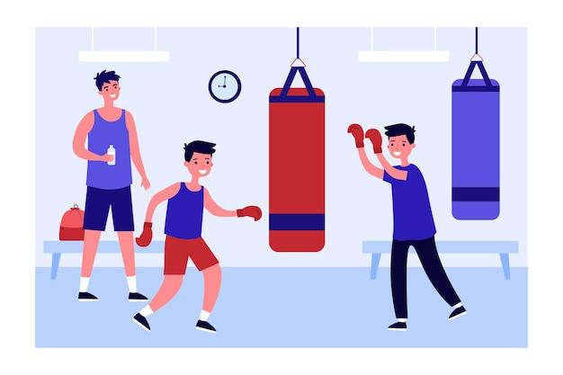Treinador ou pai assistindo filhos batendo saco de pancadas no ginásio. meninos em luvas de boxe treinando ilustração vetorial plana juntos. esportes, família, conceito de estilo de vida saudável para banner, design de site