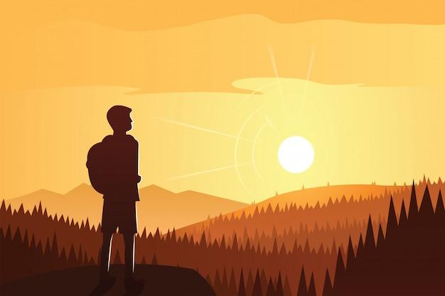 Trekker contemplando a bela floresta e paisagem de montanhas