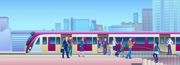 Trem de embarque na estação ferroviária com a cidade no fundo