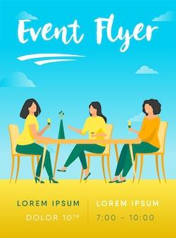 Três amigas sentadas em um café na hora do almoço e falando sobre modelo de folheto