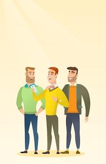 Três amigos de sorriso que olham o telefone móvel.