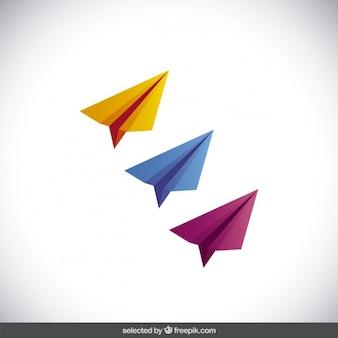 Três aviões de papel colorido