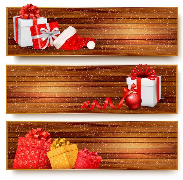 Três banners de natal com caixas de presente e chapéu de papai noel