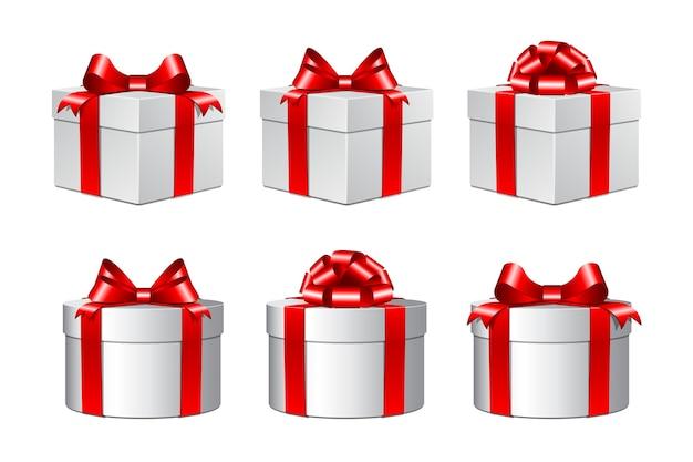 Três caixas de presente brancas com laços vermelhos. no fundo branco