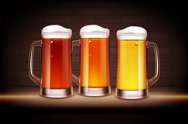Três canecas cheias de cerveja amarela, âmbar e marrom.