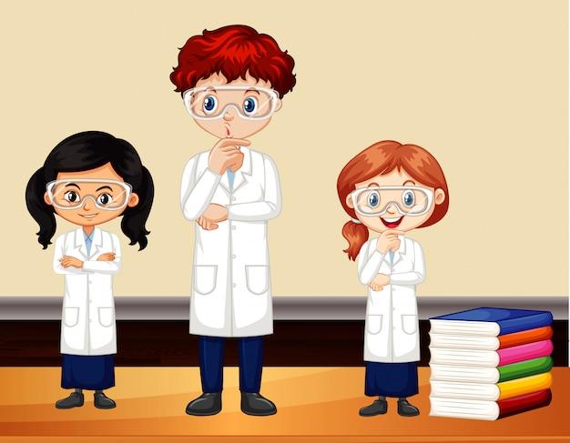 Três cientistas em pé na sala