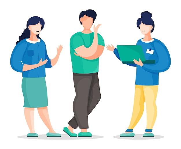 Três colegas de escritório em pé e se comunicando segurando o laptop nas mãos.