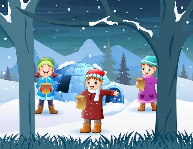 Três crianças com roupas de inverno cantando juntas