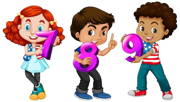 Três crianças diferentes segurando um número matemático