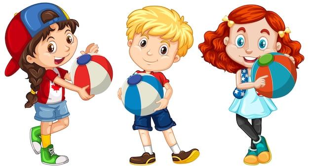 Três crianças diferentes segurando uma bola colorida