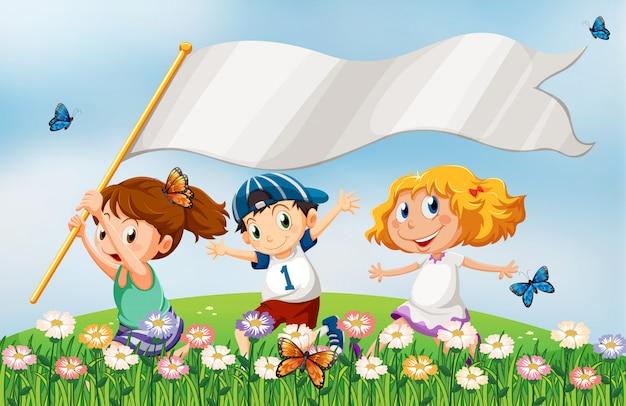 Três, crianças, em, a, hilltop, executando, com, um, vazio, bandeira