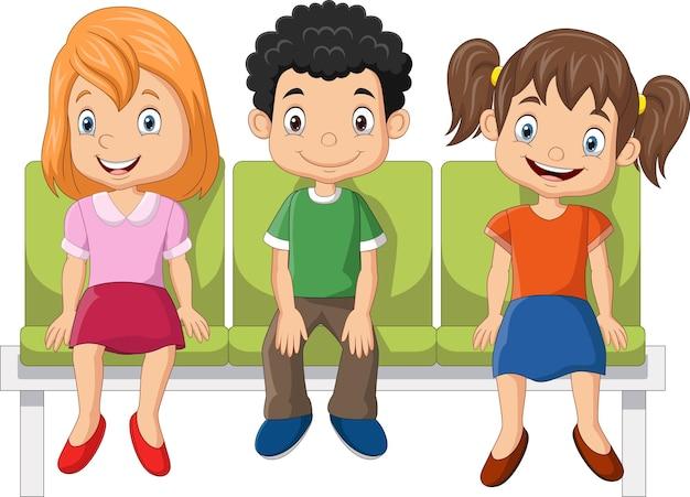 Três crianças fofas sentadas em uma cadeira