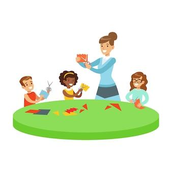 Três crianças na aula de arte crafting applique cartoon ilustração com crianças do ensino fundamental e seu professor na aula de criatividade