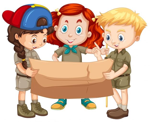 Três crianças, olhando mapa