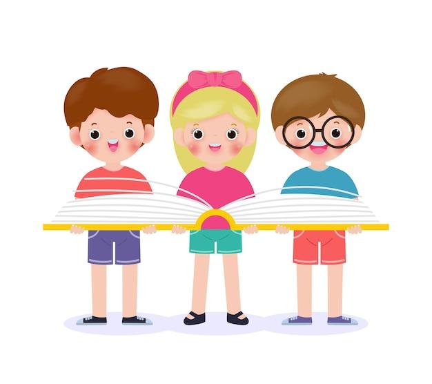 Três crianças pequenas da escola em pé segurando e lendo um livro, aluno feliz lendo um grupo de crianças de volta às aulas ilustração plana isolada no fundo branco