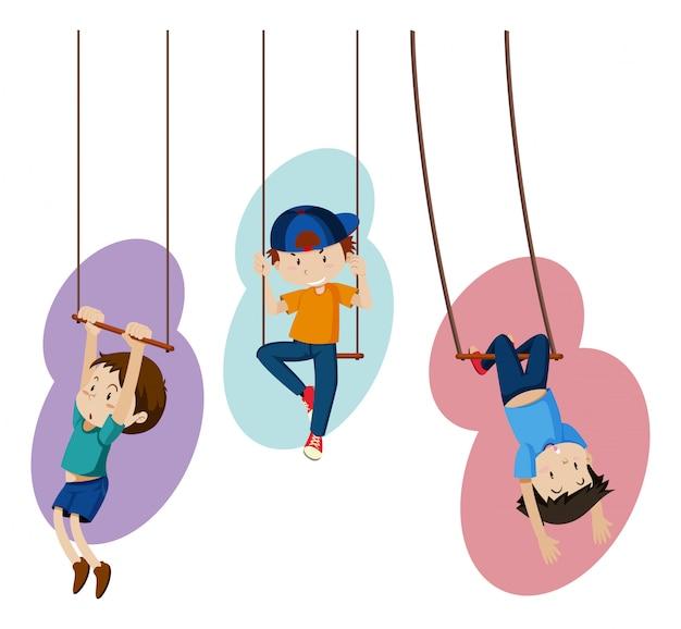 Três crianças por balanços