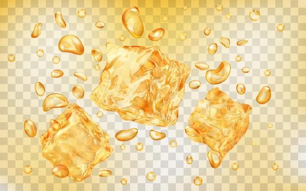 Três cubos de gelo amarelos translúcidos e muitas bolhas de ar sob a água em um fundo transparente
