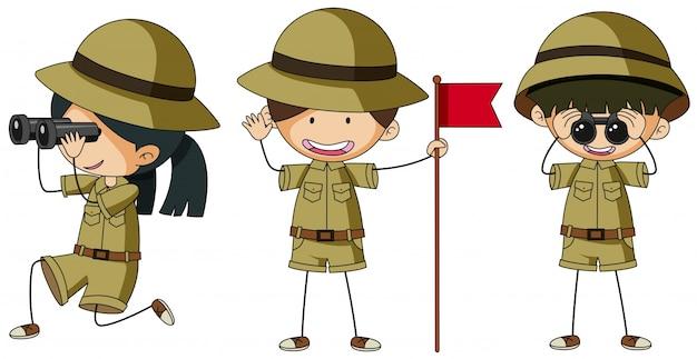 Três escoteiros em diferentes ações