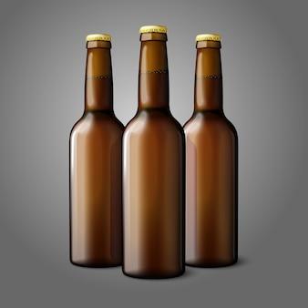 Três garrafas de cerveja realista marrom em branco isoladas no fundo cinza com lugar para o seu design e branding.