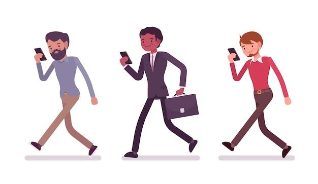 Três homens estão andando segurando um smartphone
