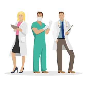 Três médicos em roupas de trabalho