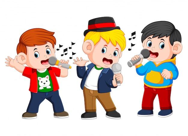 Três menino cantando juntos