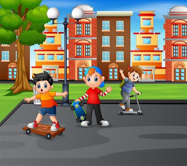 Três meninos brincando no parque da cidade