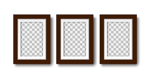 Três molduras de fotos em branco com um conjunto de molduras vazias com tapete para simulação de design de interiores