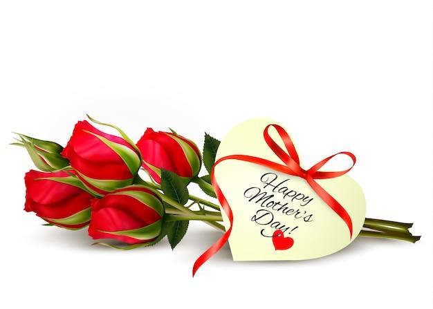 Três rosas vermelhas com um coração em forma de nota de feliz dia das mães e fita vermelha.