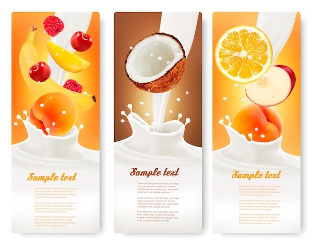 Três rótulos com diferentes frutas caindo em respingos de leite. vetor.
