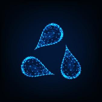 Triângulo ou reciclar sinal feito de três gotas de água isoladas em fundo azul escuro.