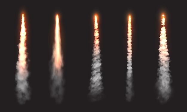 Trilhas de fumaça de foguete, nuvens de lançamento de nave espacial. chamas de fogo de jato de espaço vetorial, rastos retos de avião ou ônibus espacial no céu, conjunto de elementos de design 3d realistas isolado em fundo preto