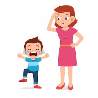 Triste menina chorando garoto com a mãe