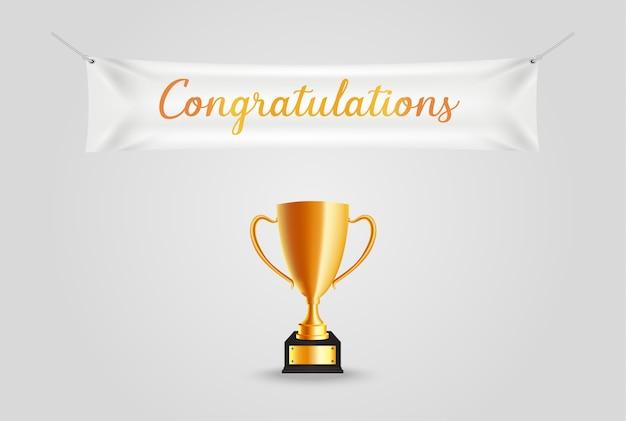 Troféu de ouro realista com texto de parabéns na bandeira de têxteis