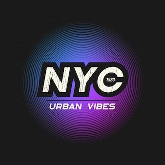 Tshirt urbano das vibrações de nyc e fato com o grunge textured