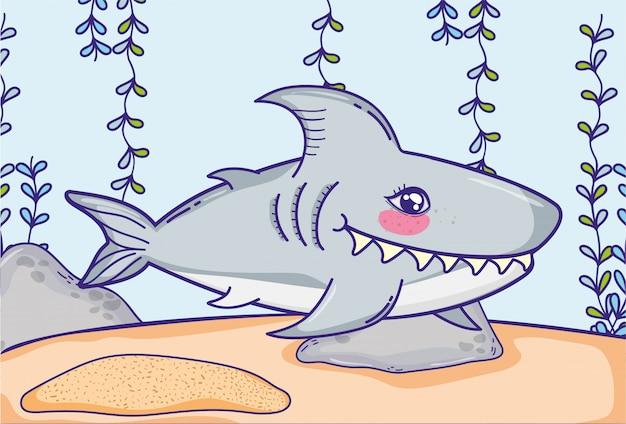 Tubarão animal com plantas de algas penduradas