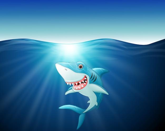Tubarão engraçado dos desenhos animados no mar