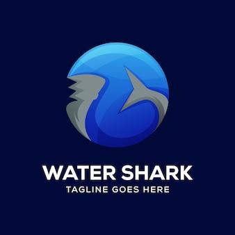 Tubarão no vetor de logotipo do mar