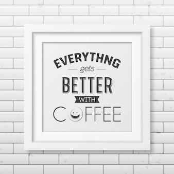 Tudo fica melhor com café - citação tipográfica em moldura quadrada branca realista na parede de tijolos