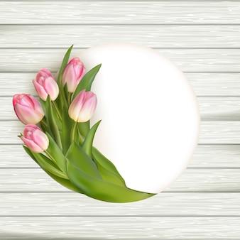 Tulipas cor de rosa sobre a mesa de madeira branca, plano de fundo